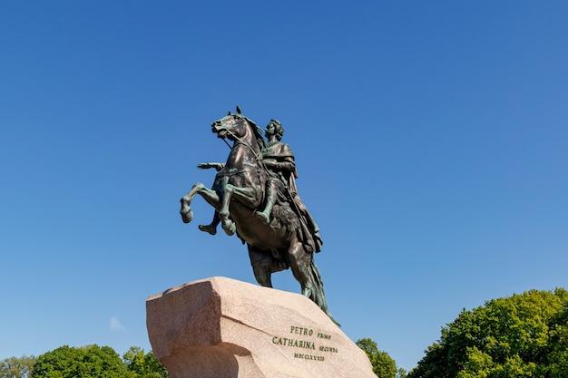 """Pomnik piotra wielkiego """"jeździec z brązu"""" w słoneczny letni dzień. petersburg, rosja - 2 czerwca 2021"""
