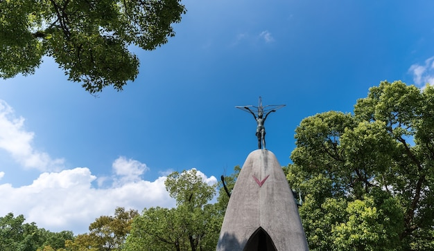 Pomnik pokoju dzieci w parku w hiroszimie w japonii