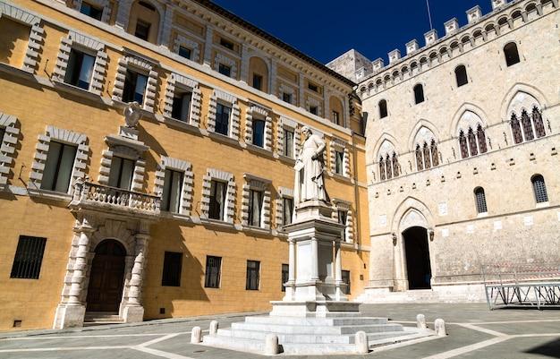 Pomnik sallustio bandini i palazzo salimbeni w sienie - toskania, włochy