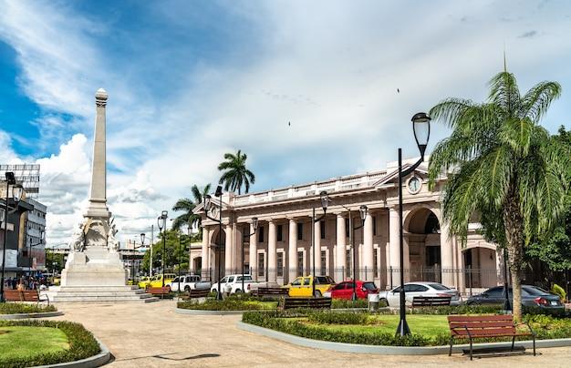 Pomnik tragedii el polvorina i muzeum antropologicznego przy plaza 5 de mayo w panama city