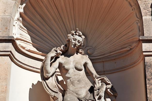 Pomnik w pałacu zwinger w dreźnie, niemcy saksonia