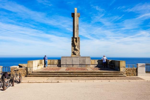 Pomnik w pobliżu latarni morskiej faro cabo mayor w mieście santander, region kantabria w hiszpanii