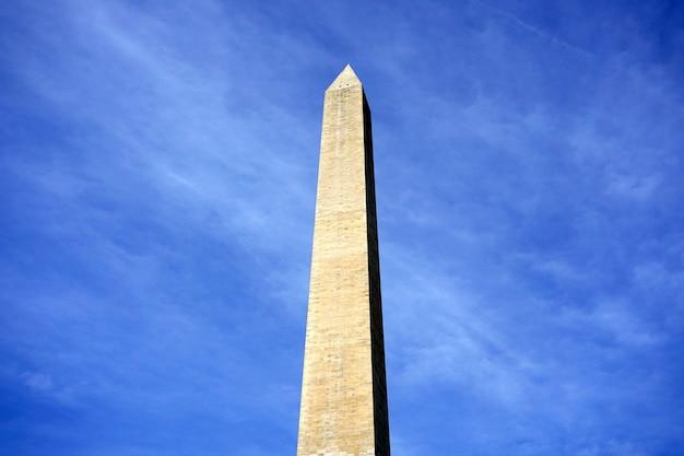 Pomnik waszyngtona w słoneczny dzień na tle błękitnego nieba. waszyngton, stany zjednoczone.