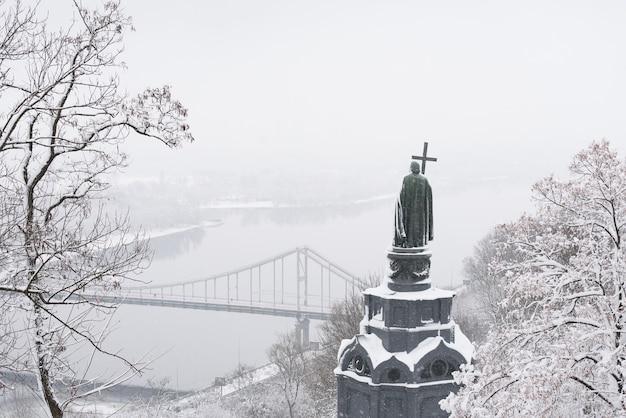 Pomnik włodzimierza wielkiego. park wzgórza włodzimierza. widok na rzekę dnipro, wyspę trukhaniv. historyczny punkt orientacyjny. zima kijów (kijów), ukraina