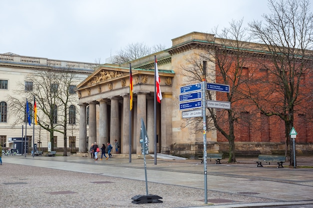 Pomnik wojenny neue wache w berlinie poświęcony wszystkim ofiarom wojny i dyktatury.