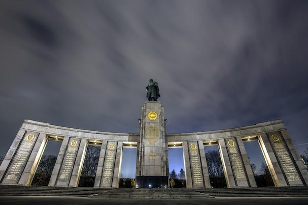Pomnik wojny radzieckiej w tiergarten w berlinie pod zapierającym dech w piersiach niebem