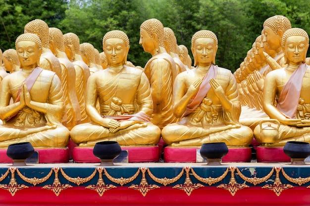 Pomnik złotego buddy z 1250 uczniami w buddyjskim parku pamięci makha bucha jest zbudowany z okazji wielkiego okresu