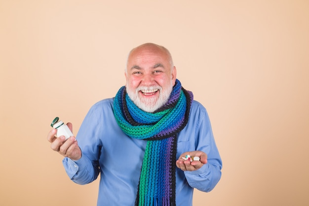 Pomoc człowiekowi z pigułkami pigułkami przepisanymi przez lekarzy i pigułkami medycyny zdrowotnej