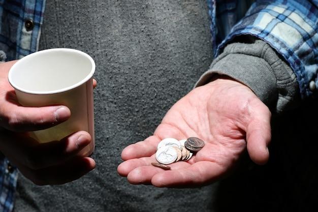 Pomoc dłoni bezdomnego mężczyzny