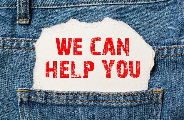 Pomoc na białym papierze w kieszeni niebieskich dżinsów
