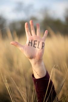 Pomoc napis na dłoni mężczyzny