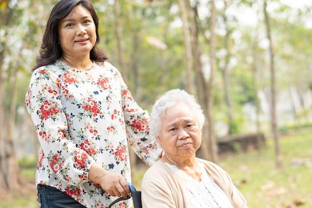 Pomoc pacjentowi azjatyckiej starszej kobiety z miłością.