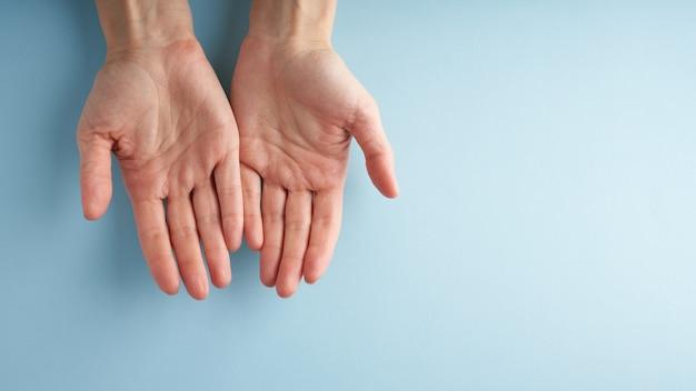 Pomocna dłoń, wsparcie w trudnej sytuacji, kryzys. ostatnia szansa, koncepcja nadziei.