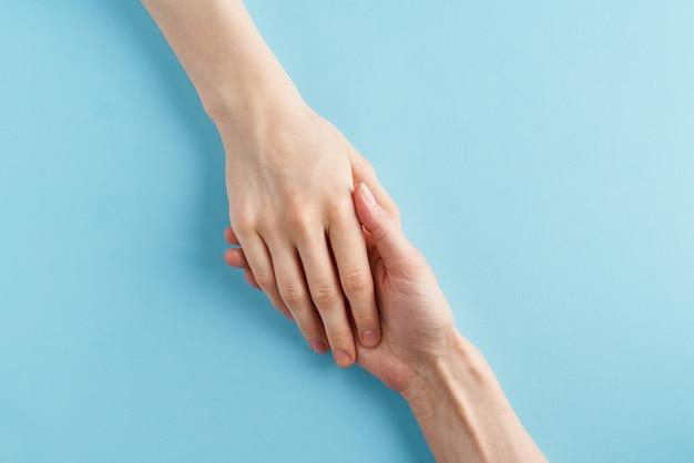 Pomocna dłoń, wsparcie w trudnej sytuacji, kryzys. ostatnia szansa, koncepcja nadziei