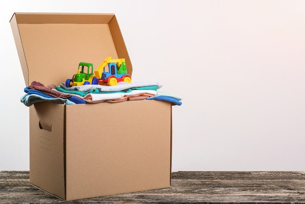 Pomóż biednym. pudełko pełne ubrań i zabawek dla biednych rodzin.