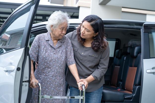 Pomóż i wesprzyj azjatycką starsza kobietę chodzącą z walkerem przygotowującą się do jej samochodu