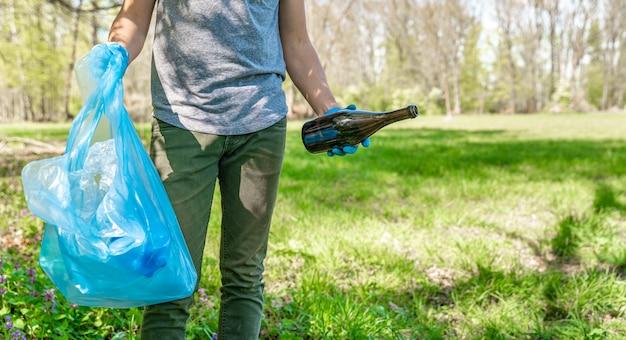 Pomóż planecie, usuwając naturę ze śmieci. kopia przestrzeń
