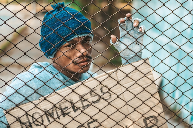 Pomóżcie żebrakom, którzy przyklejają się do grilla z bezdomnymi wiadomościami.