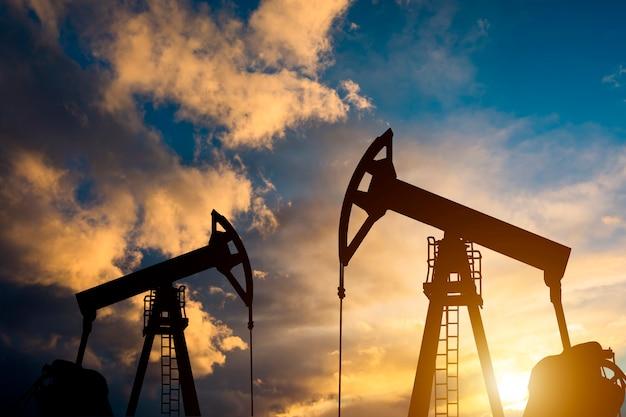 Pompa olejowa na zachód słońca. światowy przemysł naftowy.