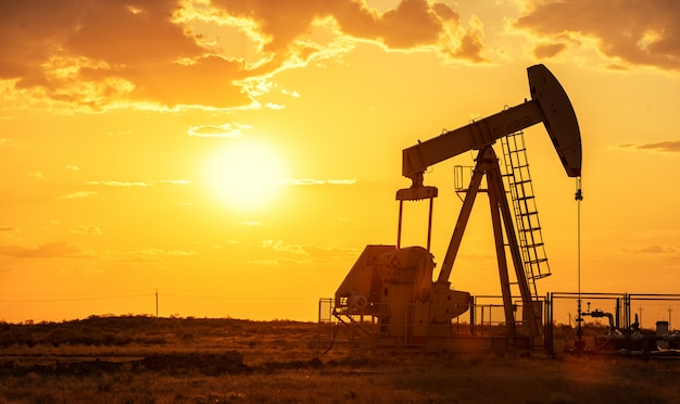 Pompa olejowa wiertnicza energetyczna przemysłowa maszyna dla ropy naftowej w zmierzchu