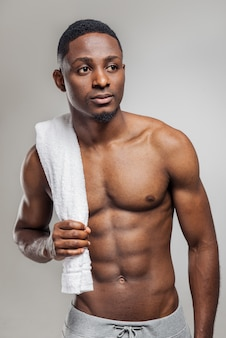 Pompowany mężczyzna afroamerykanów po treningu