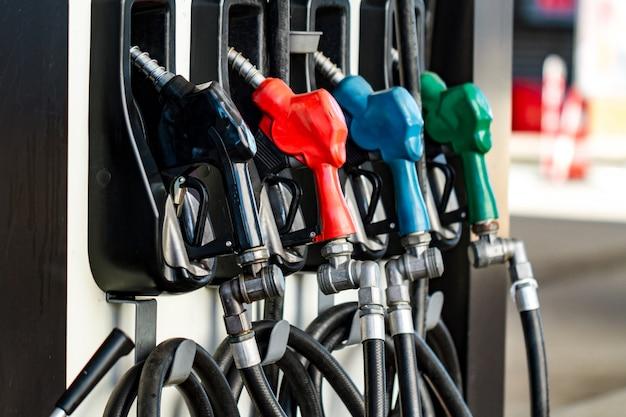 Pompy paliwowe do tankowania samochodu na stacji benzynowej w mieście.