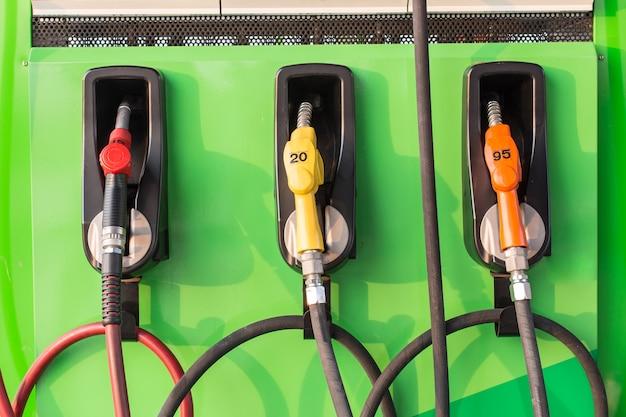Pompy paliwowe na stacji benzynowej.