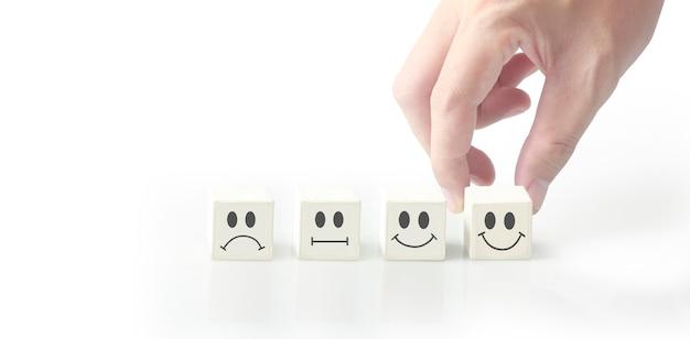 Pomysł kreatywny i innowacja. blok kostki w ręku z symbolem