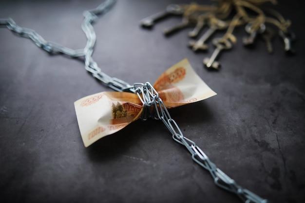 """Pomysł na biznes. deprecjacja waluty krajowej. rachunek z napisem """"5000 tysięcy rubli"""". inflacja i stagnacja. dokręć rosyjski dziób łańcuszkiem pomiarowym."""