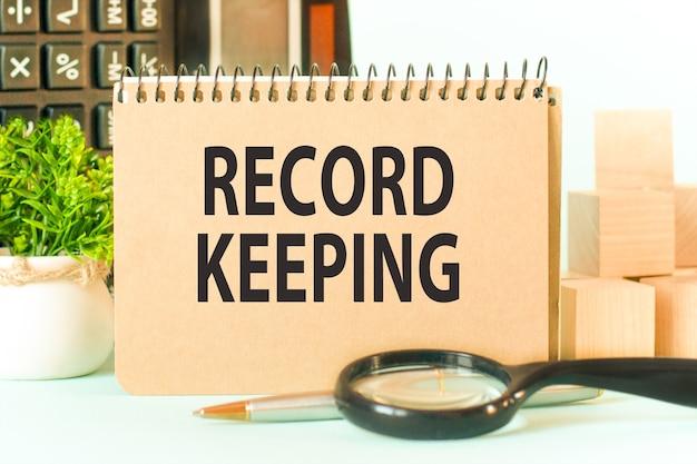 Pomysł na biznes. notes z tekstem record keeping arkusz białego papieru na notatki