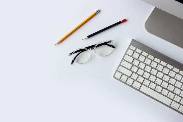 Pomysł na biznes. widok z góry obszaru roboczego biurka z komputerem stacjonarnym