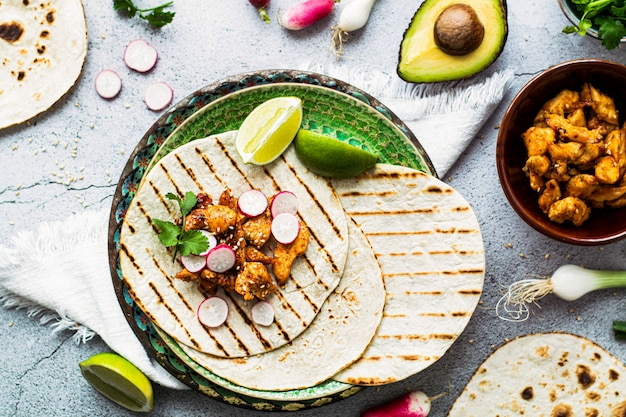 Pomysł na domowe jedzenie tacos z kurczakiem