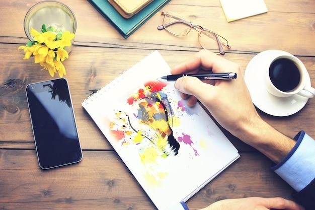 Pomysł na papierze na roboczym drewnianym stole