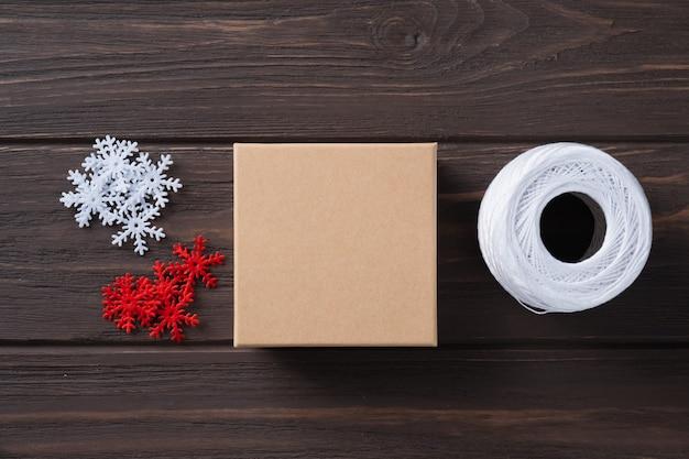Pomysł na prezenty do pakowania prezentów świątecznych i dekoracji z ozdobnymi płatkami śniegu. naturalny design. pakowanie prezentów świątecznych. krok po kroku