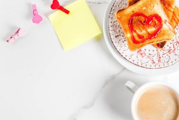 Pomysł na śniadanie walentynkowe z kubkiem kawy, tostem z czerwonym dżemem truskawkowym