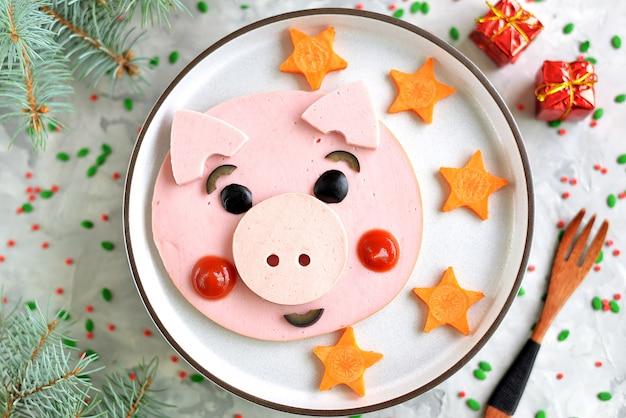 Pomysł na uroczą karmę dla świń na śniadanie dla dzieci. widok z góry