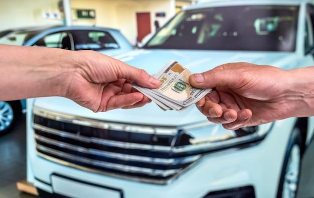 Pomysł na zakup lub wynajem nowego samochodu. koncepcja finansów