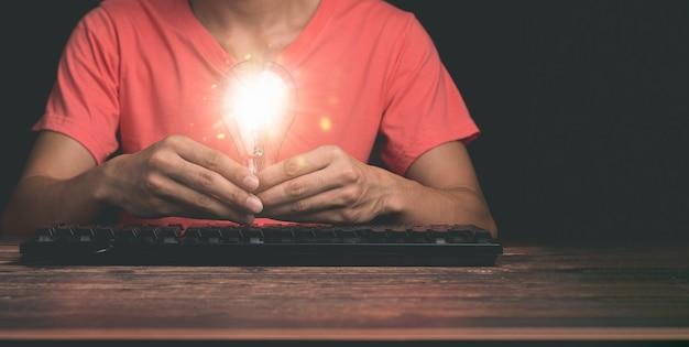Pomysł na żarówkę kreatywny zrównoważony rozwój biznesu