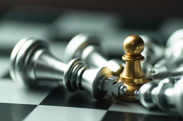 Pomysł strategia i poufny turniejowy biznesowy pojęcie, królewiątko szachowi kawałki na pokładzie