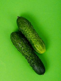Pomysł ze świeżych organicznych warzyw na jasnym tle. minimalna koncepcja zdrowia. zdjęcie studyjne.