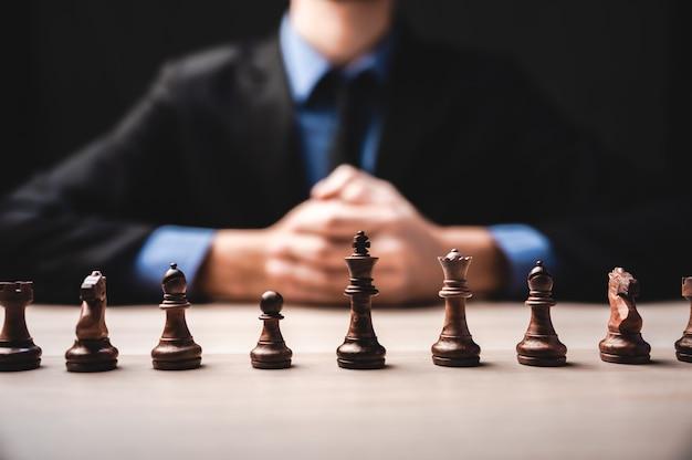 Pomysł zwycięzcy, przywództwo w biznesie i udana koncepcja z szachami i ręką biznesmena