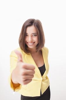 Pomyślna biznesowa kobieta na biel ścianie