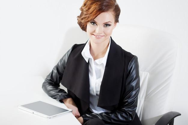 Pomyślna biznesowa kobieta patrzeje ufny i uśmiechnięty