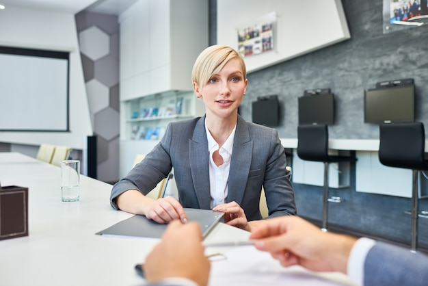 Pomyślna bizneswoman rozmawia z partnerami