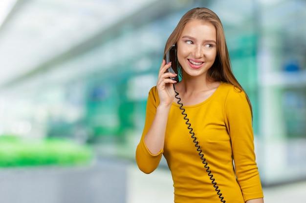 Pomyślna i piękna biznesowa kobieta z telefonem