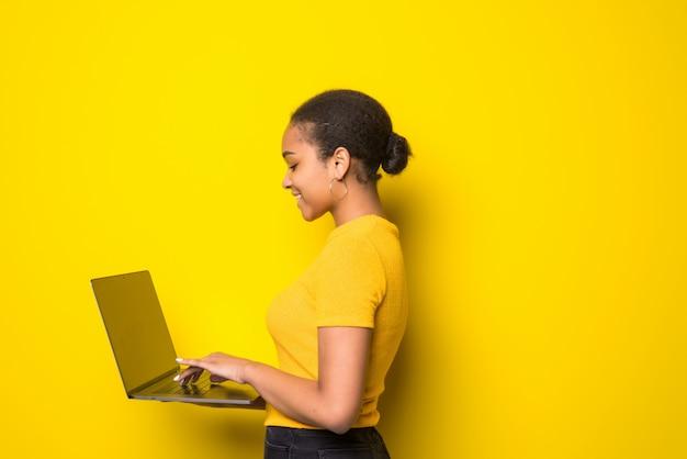 Pomyślna łacińska kobieta z laptopem