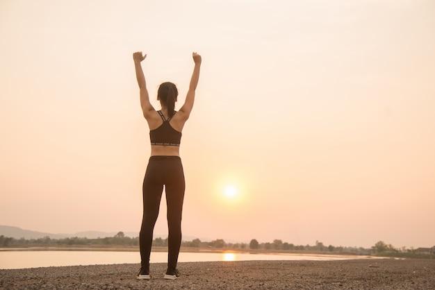 Pomyślna młoda kobieta biegacz rozgrzewka