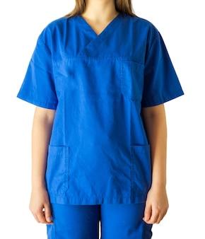 Pomyślna młoda kobieta w niebieskim mundurze medycznym na białym tle
