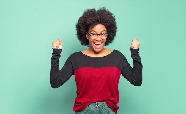Pomyślna młoda ładna czarna kobieta
