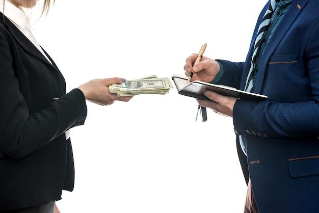 Pomyślna umowa biznesowa między partnerami na białym tle. dolar. koncepcja finansowa